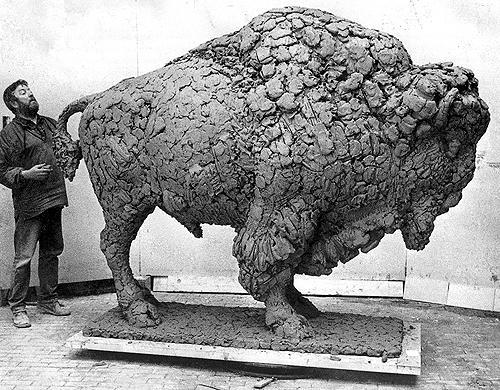 Pieter d'Hont werkt aan zijn beeld de Bison
